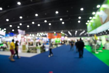 Gente borrosa abstracta en el fondo de la expo de la feria comercial Foto de archivo