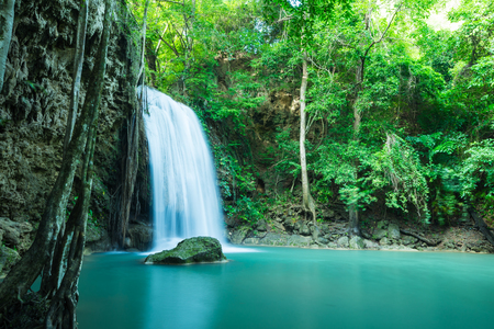 Beautiful Erawan tropical waterfall in Kanchanaburi province, Thailand 版權商用圖片 - 102335312