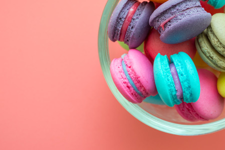 Colorful france macarons on pink background Banque d'images