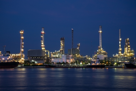 Oil refinery at twilight beside Chao Phraya river, Thailand Standard-Bild - 102837511