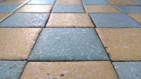 tablero de ajedrez: tablero de ajedrez de azulejos en la mesa de piedra