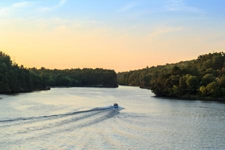 Gelukkig gezin varen op de Wisconsin River