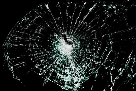 Close-up van gebroken glas op een zwarte achtergrond Stockfoto