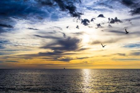 dramatische donkere bewolkte zonsondergang over de oceaan