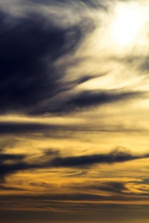 dramatische donkere bewolkte zonsondergang