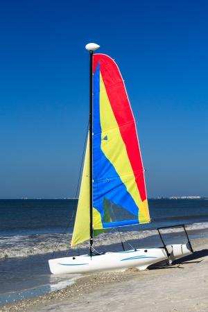 Een kleurrijke catamaran op een tropisch strand Stockfoto