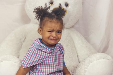 Kleines Mädchen weint