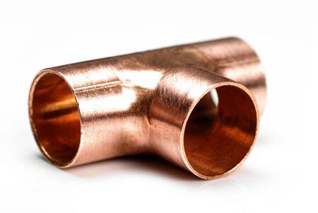 Conexi�n de fontaner�a en t de cobre 15 mm aislado en blanco  Foto de archivo - 6725289