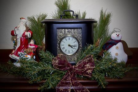 mantel: Orologio su una mensola del camino decorato per il Natale