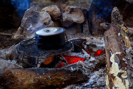 arri�re-pays: Backcountry campfire cooking.