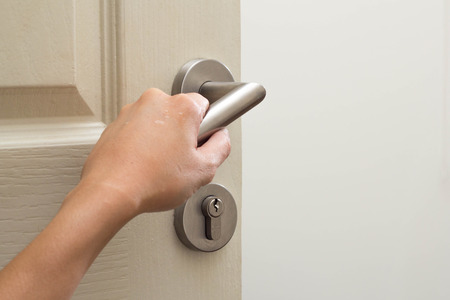 hand open de deur Stockfoto