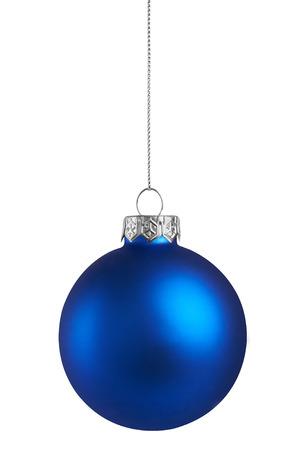 Blauwe bal van Kerstmis die op een witte achtergrond