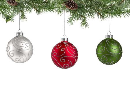 Kerst denneboom met decoratie ballen geïsoleerd op een witte achtergrond