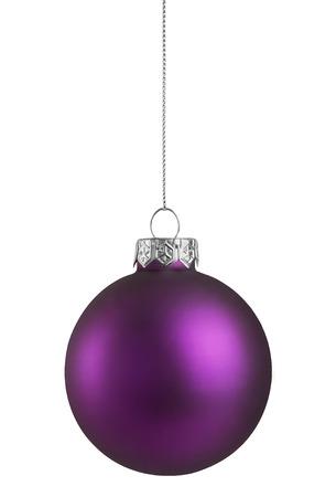 白い背景に分離された紫のクリスマス ボール