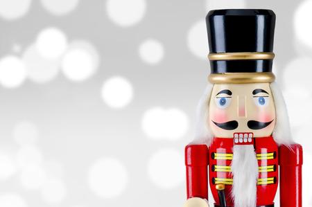 クリスマス ライトの前に兵士くるみ割り人形像立つ 写真素材