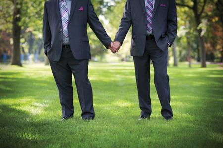 ゲイの結婚式で手を繋いでいる二人の男のイメージ 写真素材