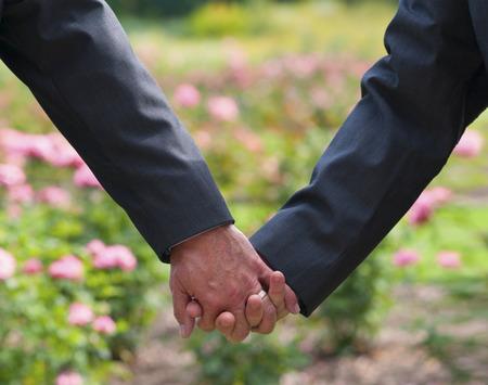 sexo: Imagen de dos hombres tomados de la mano en la boda gay