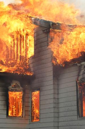 近くに火の家のアップ