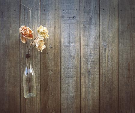 Bloemen op een houten hek achtergrond, kopieer ruimte.