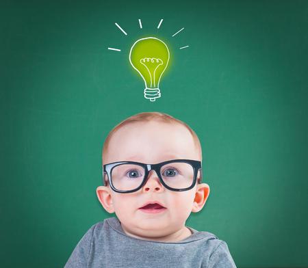 Baby met bril heeft een idee Stockfoto