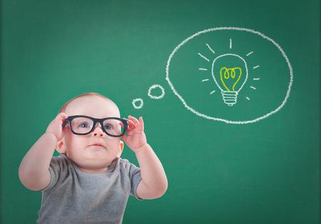 メガネで赤ちゃんはアイデアを持っています。 写真素材 - 64612341