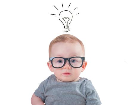 Slimme baby met een bril geïsoleerd op een witte achtergrond? Stockfoto