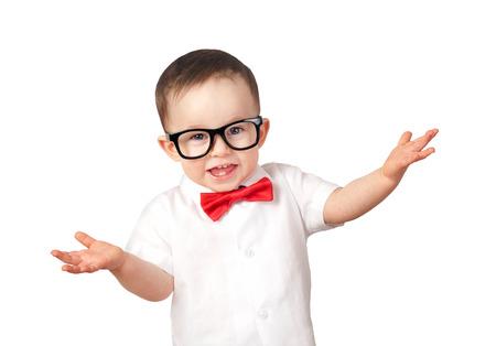 Kleine jongen draagt een bril geïsoleerd op een witte achtergrond