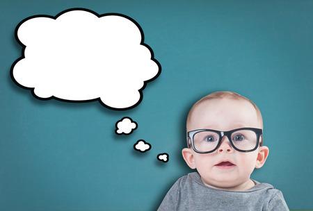 Denken baby met glazen op een blauwe achtergrond