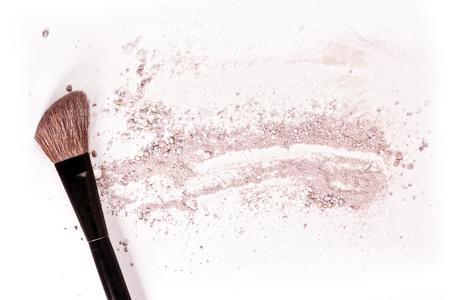 粉末とそれを赤面の痕跡と、白い背景の上の化粧ブラシ。メイクアップ アーティストの名刺やチラシのデザイン、copyspace たっぷりの水平テンプレー