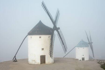 카스티야 - 라만차, 스페인의 두꺼운 안개에 풍차