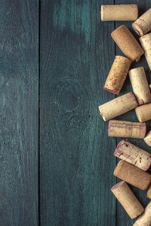 Wine corks on dark wooden texture with copyspace Stockfoto