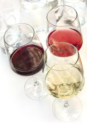 Drie glazen wijn op witte achtergrond met copyspace Stockfoto