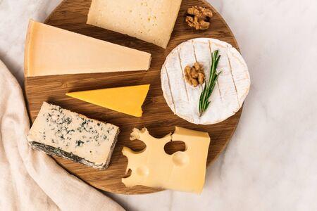 흰색 대리석 테이블에 치즈의 선택 copyspace