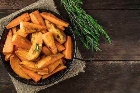 Overhead photo of roasted sweet potatoes in pan 写真素材