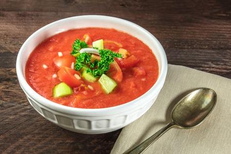 Copyspace と素朴な質感のガスパチョ スープ
