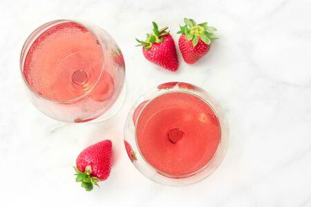 딸기와 장미 와인 두 잔의 오버 헤드 사진