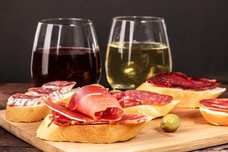 スペイン語 embutidos タパス、ソーセージ、ワインとサンドイッチ 写真素材 - 80340131