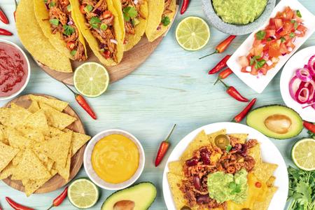 Fotografía aérea de una variedad de comidas mexicanas con espacio de copia
