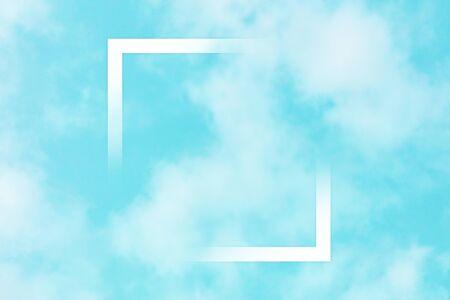 Teal blauwe hemelachtergrond met witte wolken en een vierkant frame, een abstract ontwerpsjabloon met een plek voor tekst Stockfoto