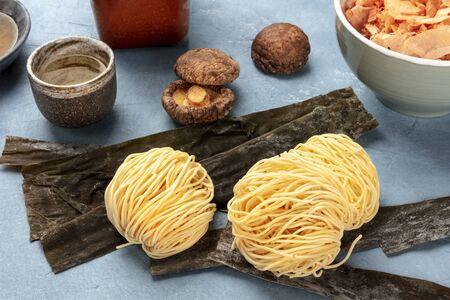 Ramen ingredients. Dried sea vegetable kelp, soba noodles, dashi, tuna flakes, shiitake mushrooms, sake Foto de archivo