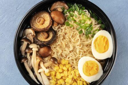 Ramen-Nahaufnahme. Soba mit Eiern, Pilzen und Gemüse, von oben geschossen Standard-Bild