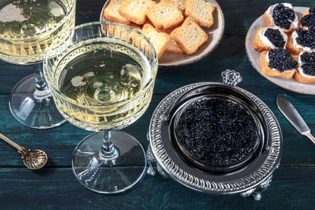 Caviar and champagne, vintage style, with bread and toasts Zdjęcie Seryjne