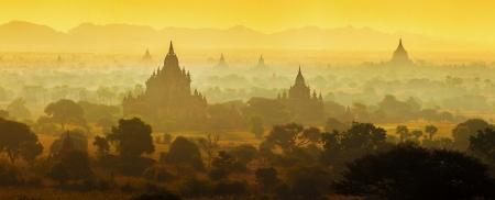 ミャンマーのバガンの寺院の日の出