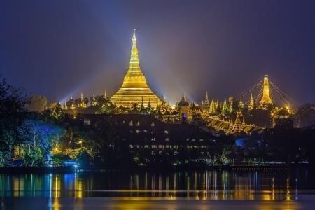 シュエダゴン パゴダ、ミャンマー ・ Yangoon の夜明けを見る