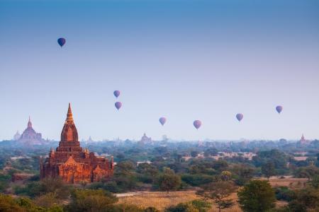 birma: Zonsopgang boven tempels van Bagan in Myanmar