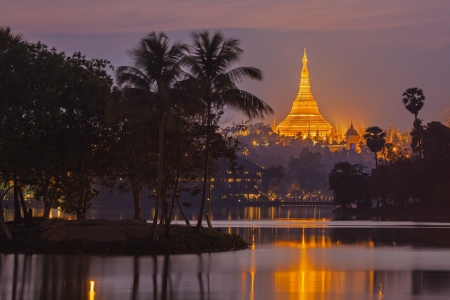 birma: Shwedagon Pagoda in schemering Yangon, Myanmar Birma