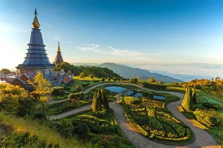 ドイ ・ インタノン山、タイの 2 つの塔の風景 写真素材