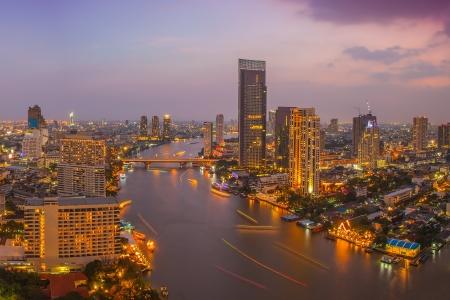 rascacielos: La ciudad de Bangkok en la noche el tiempo, el hotel y la zona de residencia en la capital de Tailandia