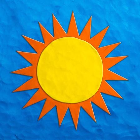 sun s: Bambini S colore plastilina sole su uno sfondo blu
