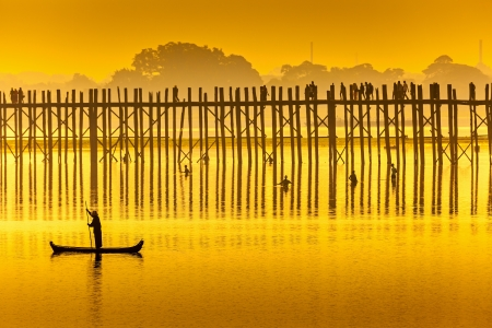 ミャンマー U Bein 橋の夕日。U Bein 橋は世界で最長のチーク材橋です。